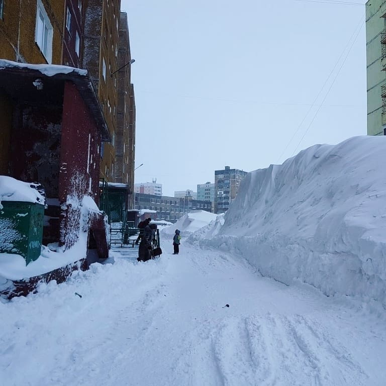 ciudad con metros de nieve