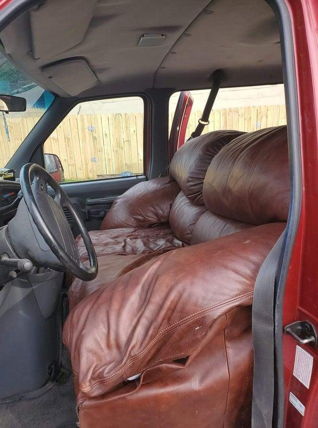 sofá dentro de coche