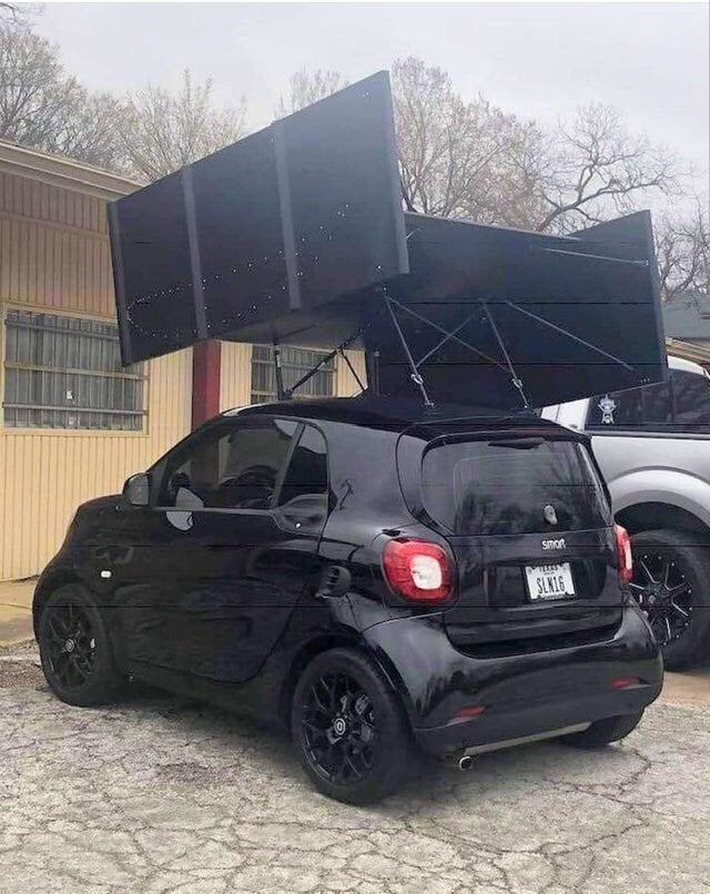 alerón gigante en coche pequeño