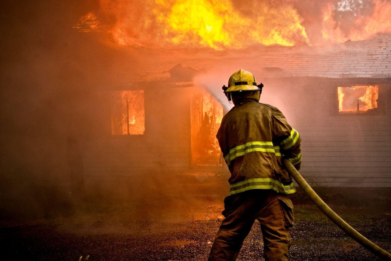 bombero apagando fuego