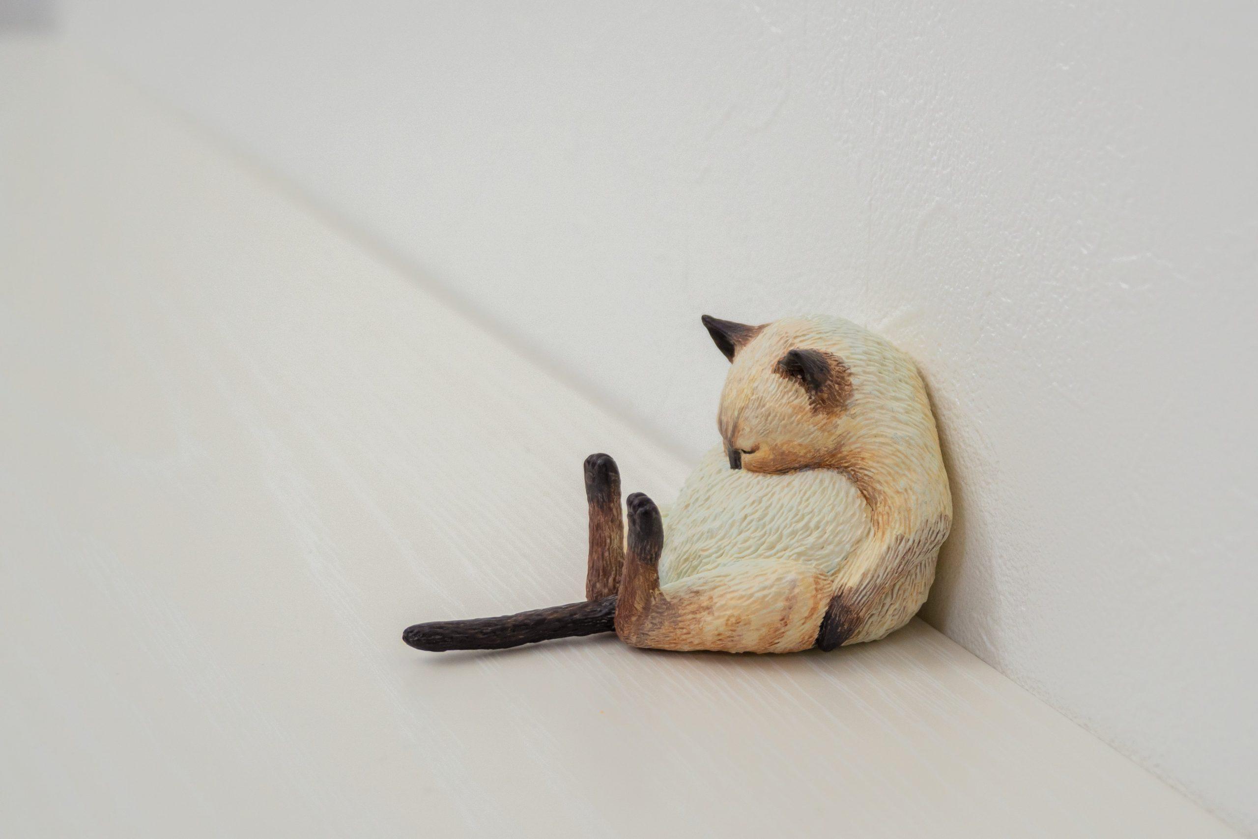 escultura gato durmiendo