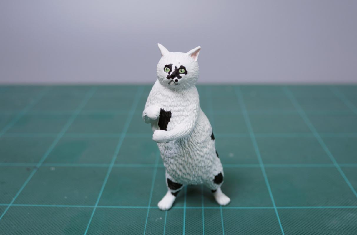 gato de pie escultura
