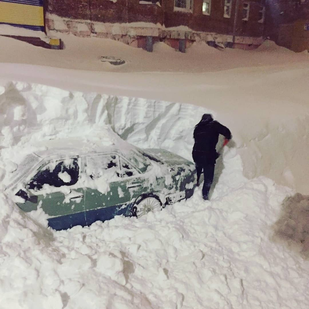 hombre desenterrando su coche