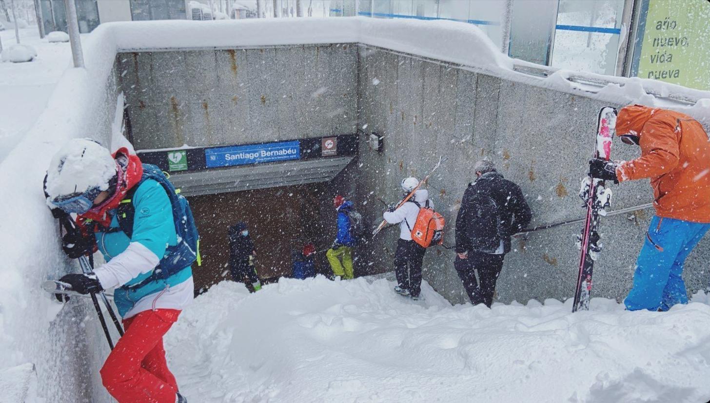 entra al metro nevado en Madrid