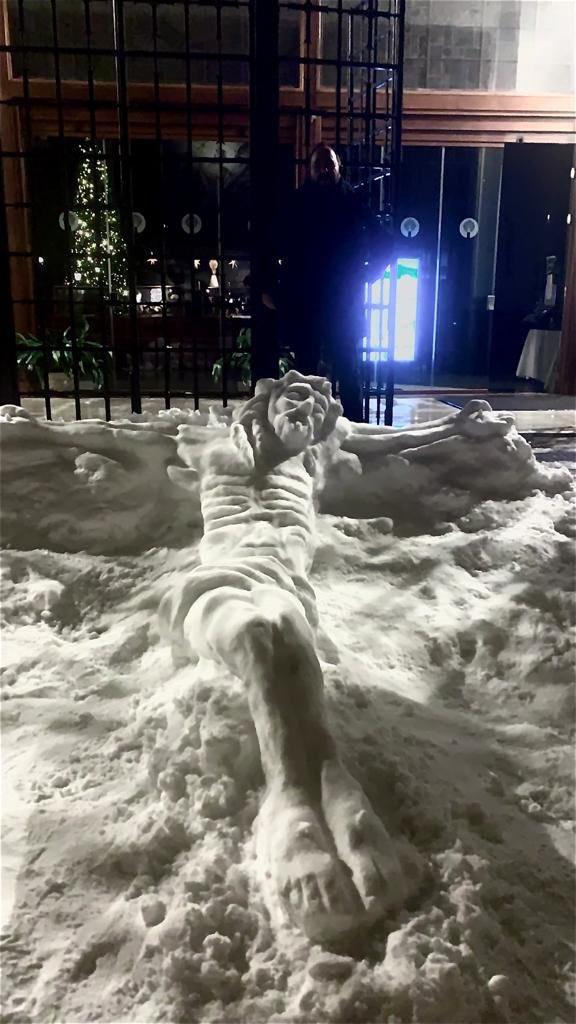 Cristo crucificado de nieve