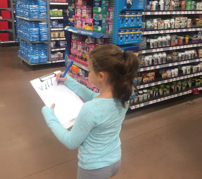 niña haciendo inventario
