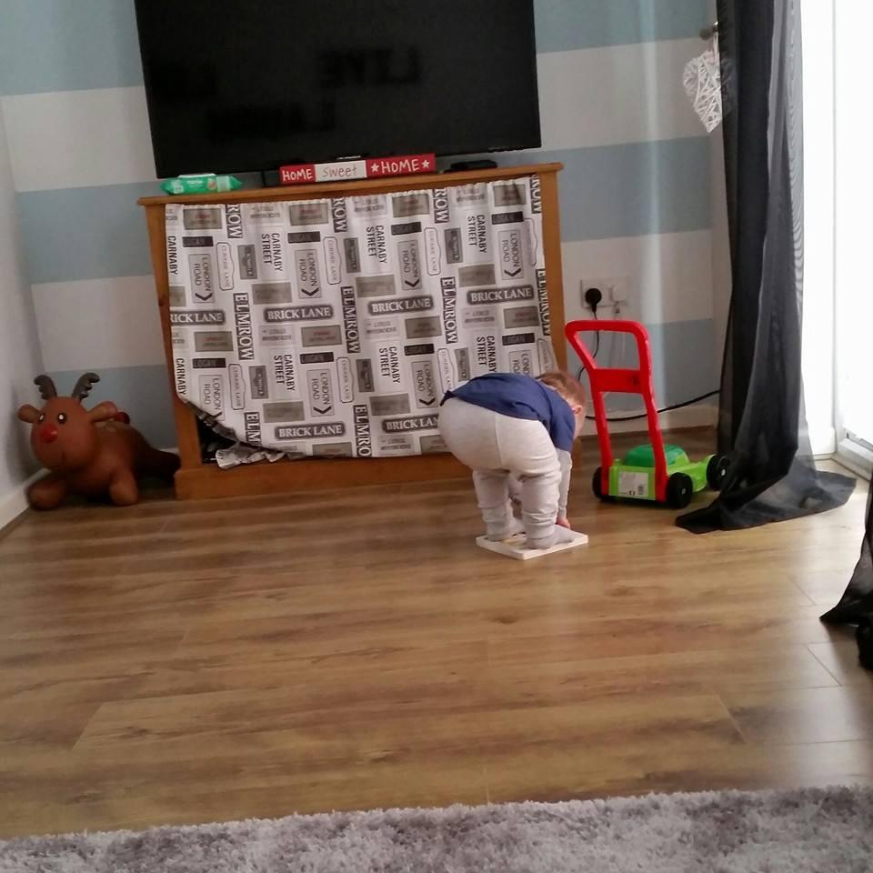 niño intentando levantar libro