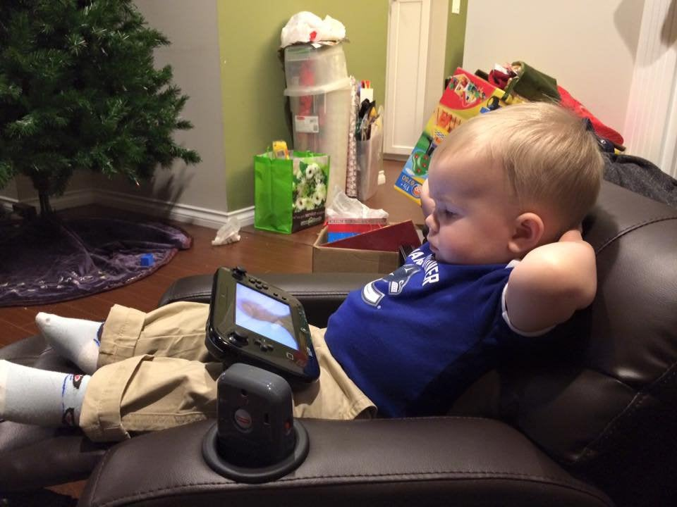 bebé viendo los dibujos en sofá requinable