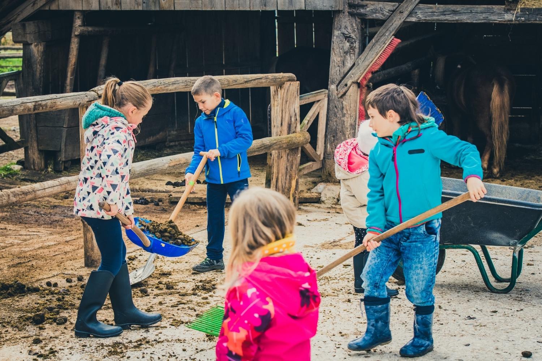 niños arreglando el jardín
