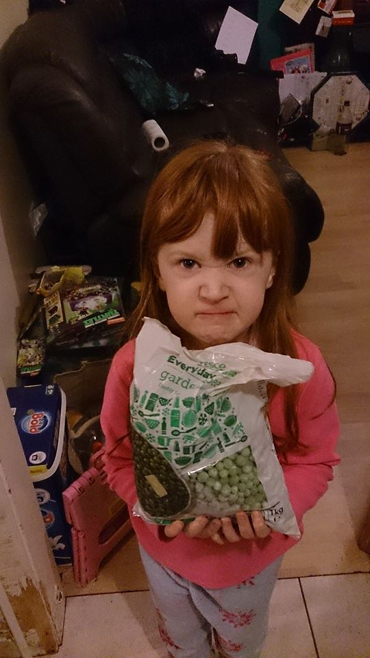 niña recibe guisantes congelados por navidad