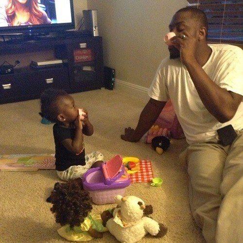 padre jugando con su hija