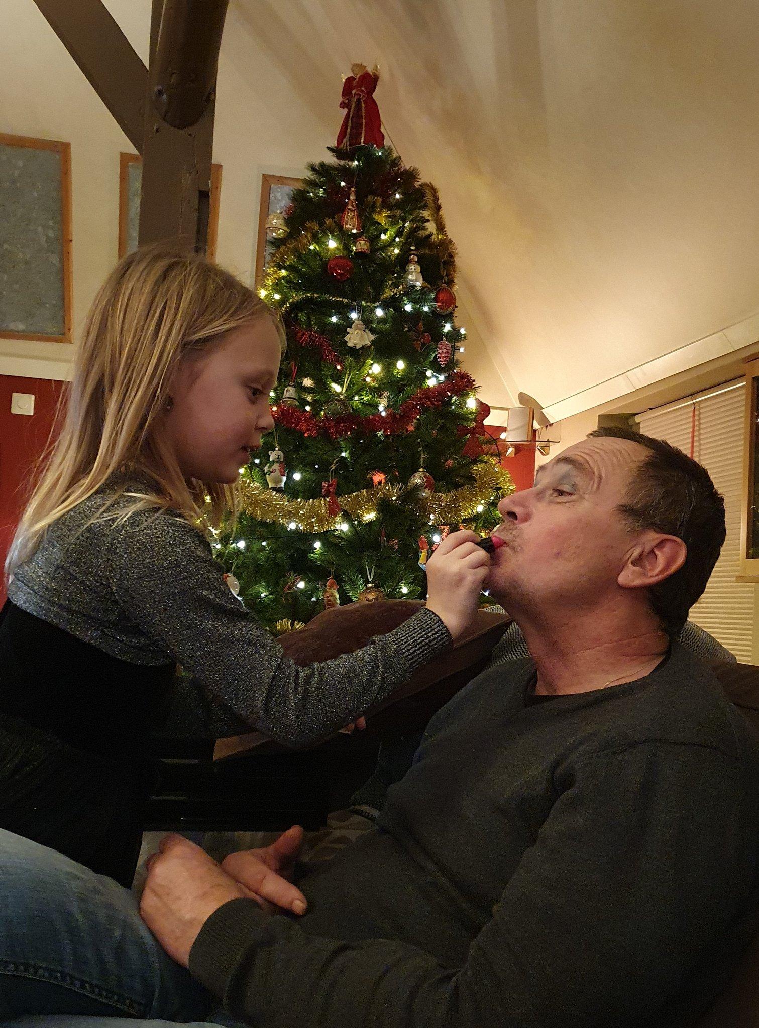 niña le pinta la cara a su abuelo