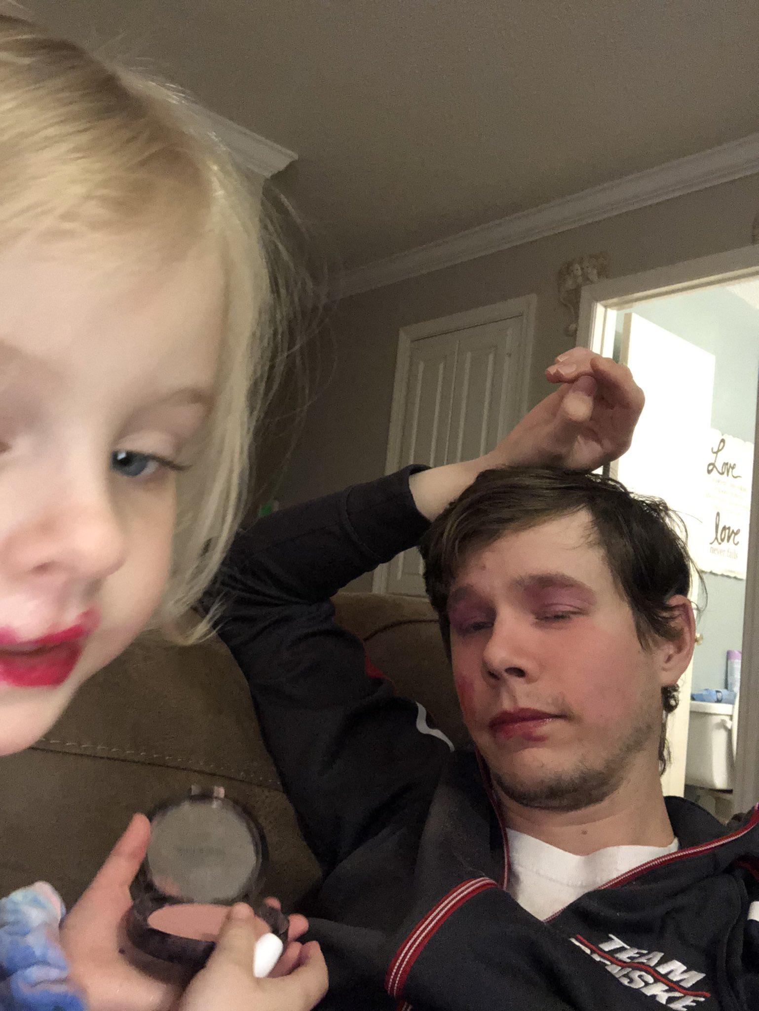 niña maquillando a su papá