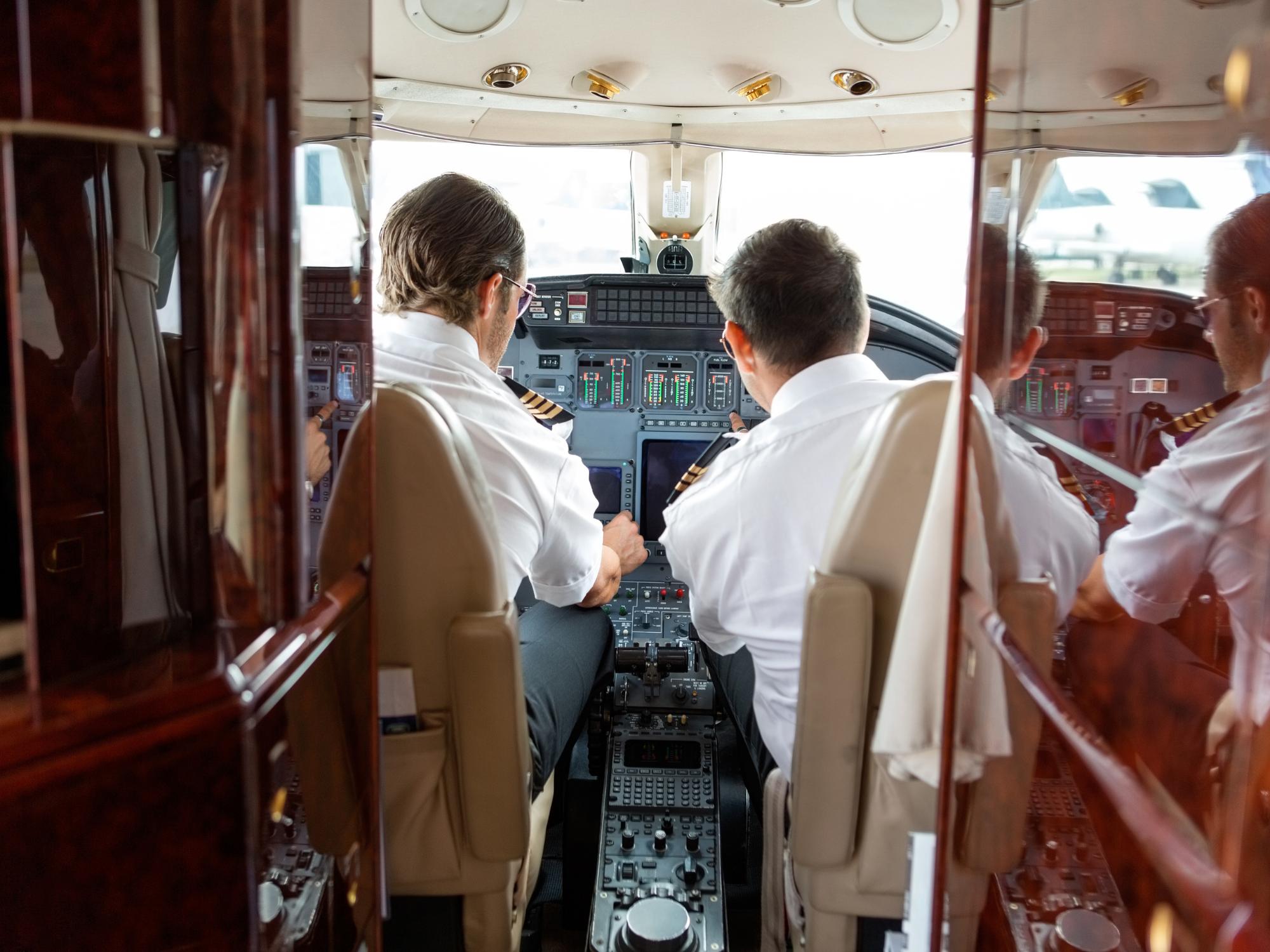 pilotos en avión