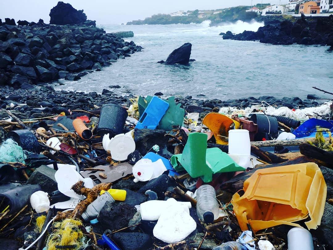 plasticos en la costa