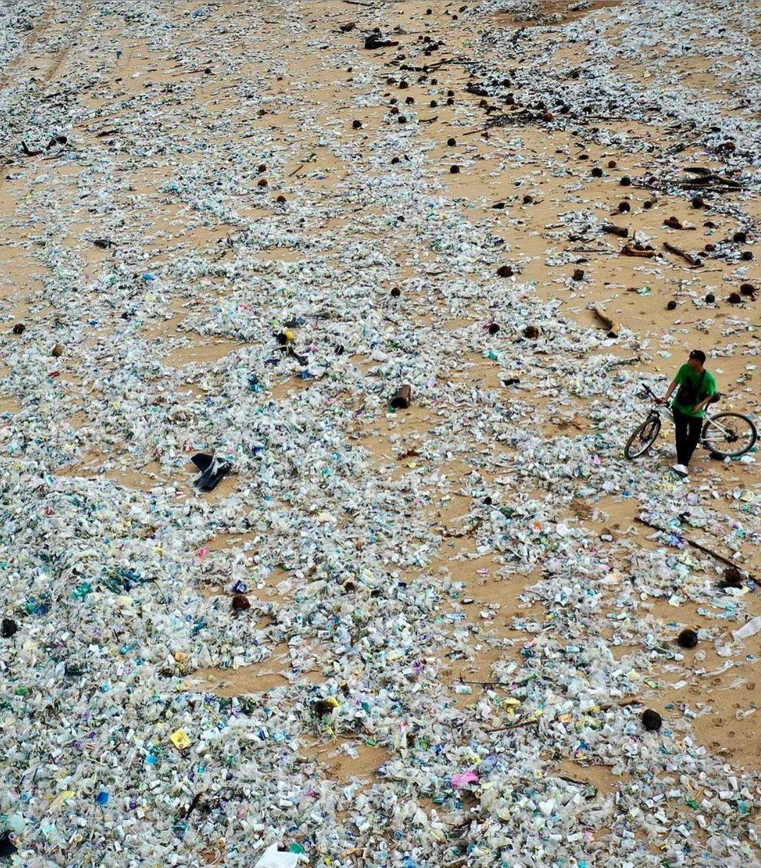 playa llena de plastico 2