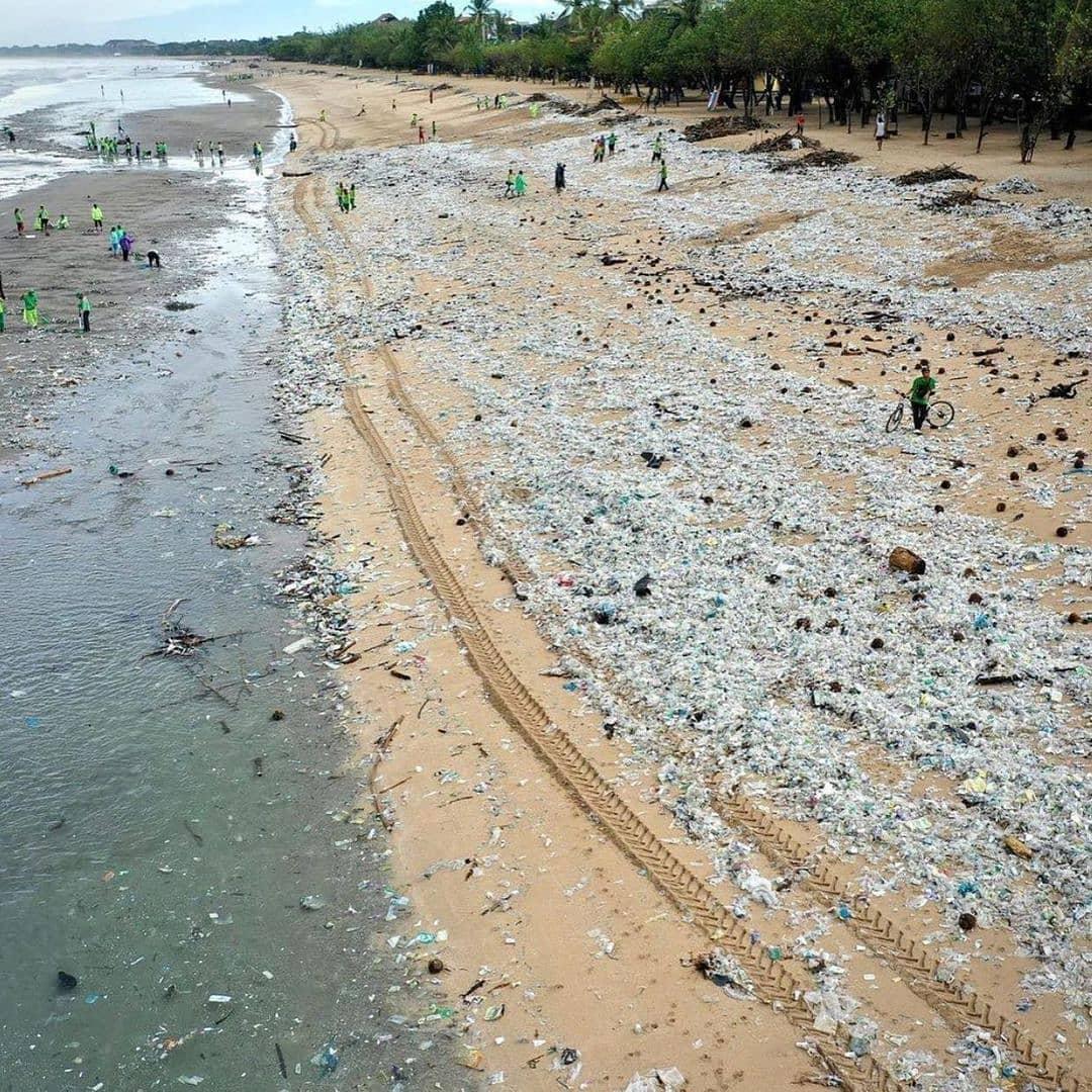 playa llena de plastico