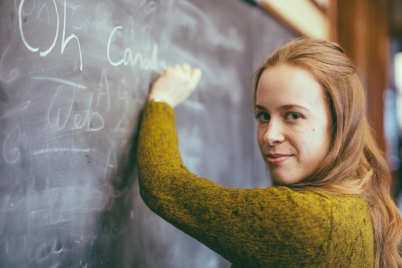 chica escribiendo en pizarra