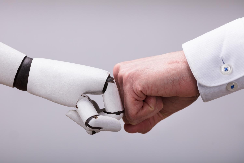 mano humana y mano robótica