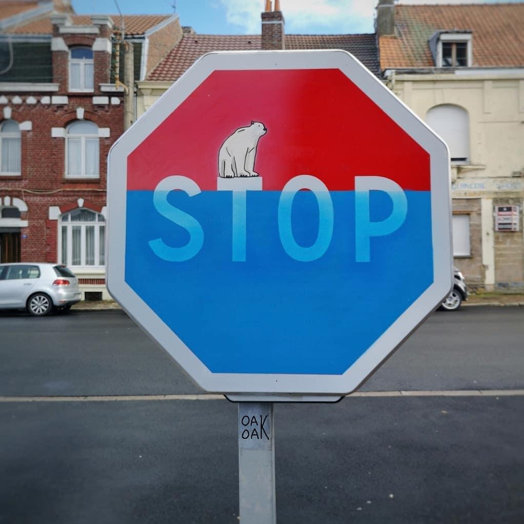 señal de stop con graffiti
