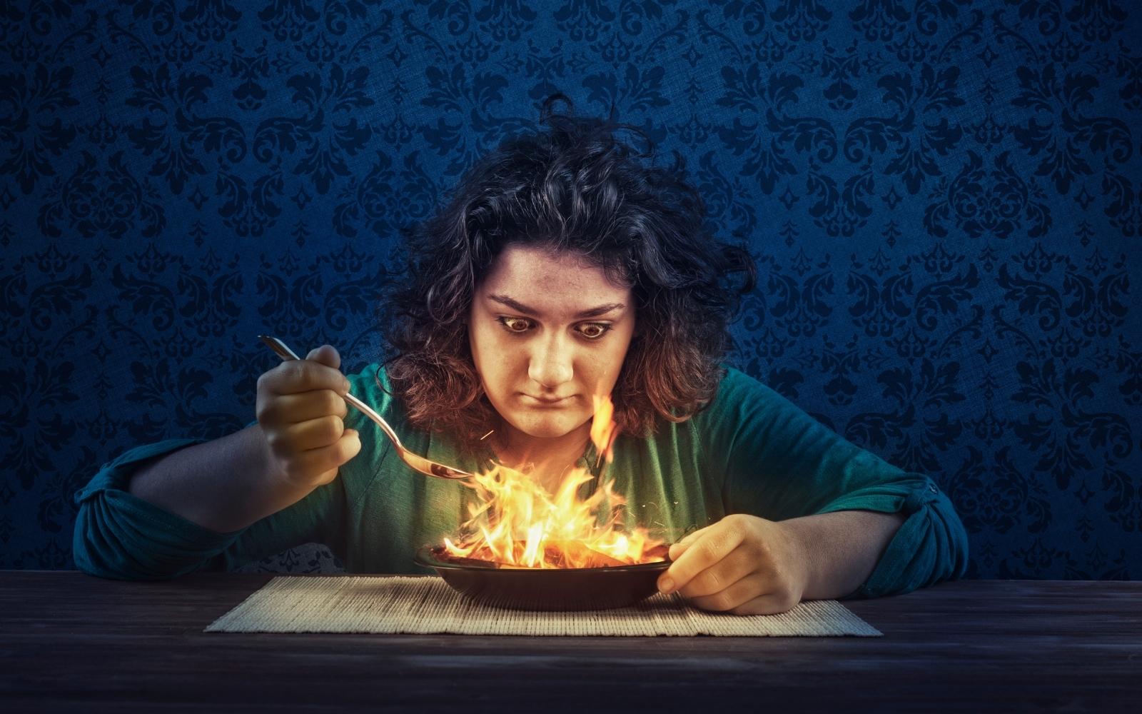 mujer comiendo plato picante