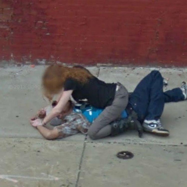 mujer se abalanza sobre hombre