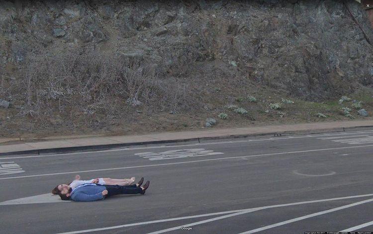 pareja tumbada en la carretera