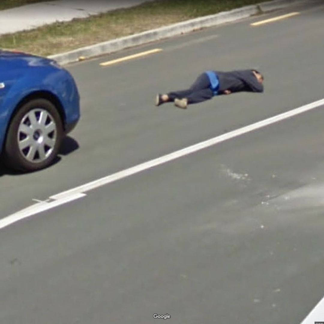 hombre tirado en el asfalto