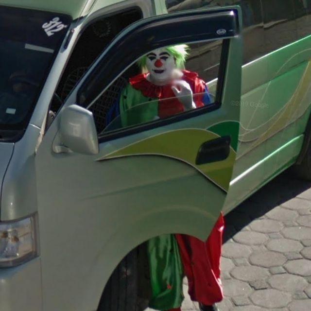 payaso saliendo del coche