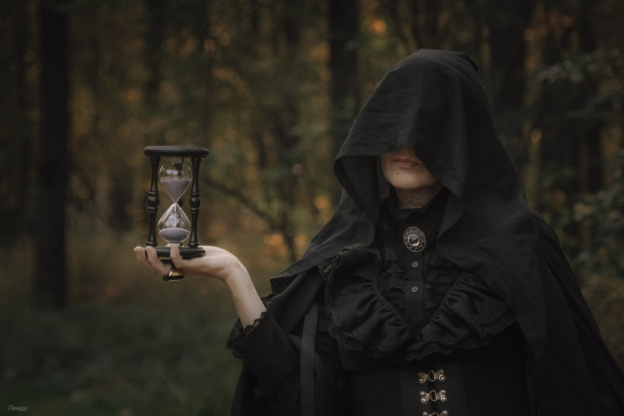 mujer con reloj de arena 2