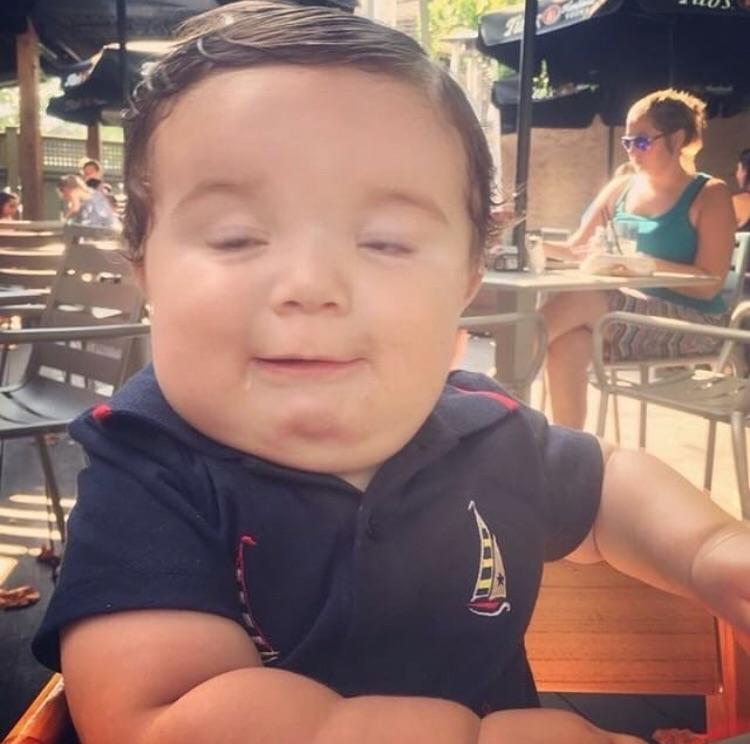 bebé con cara de adulto