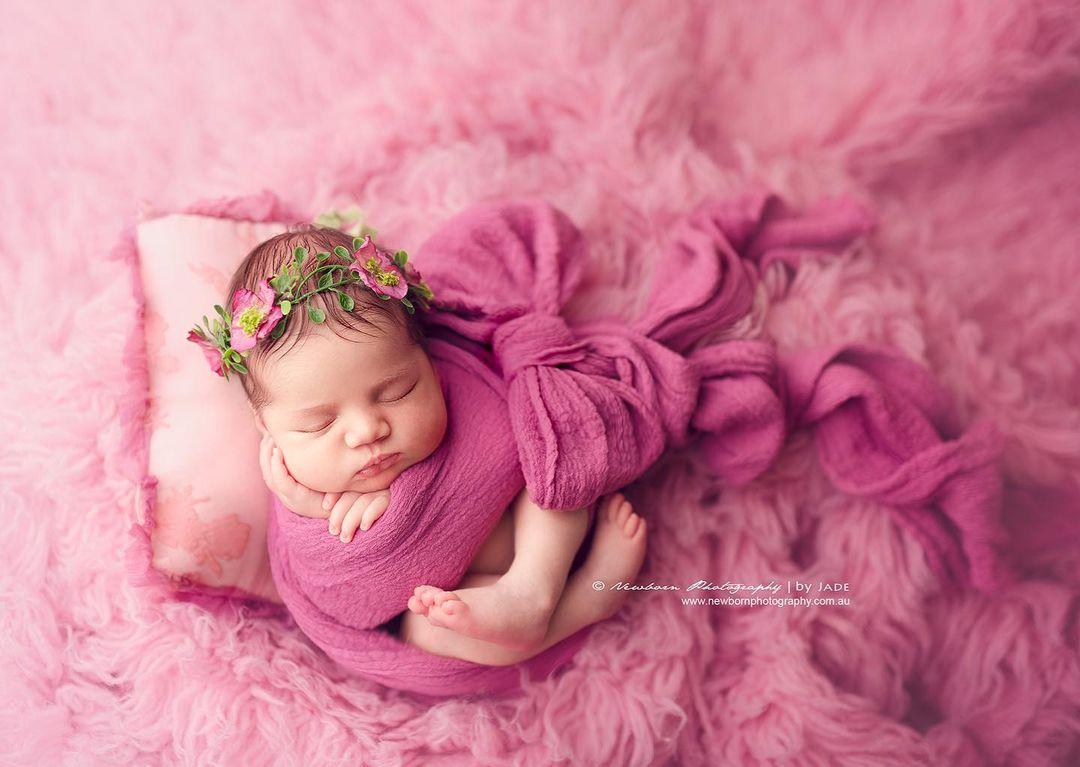 fotografía de bebé envuelta en manta