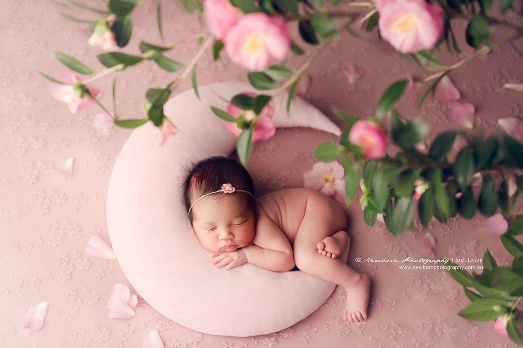 bebé durmiendo sobre la luna