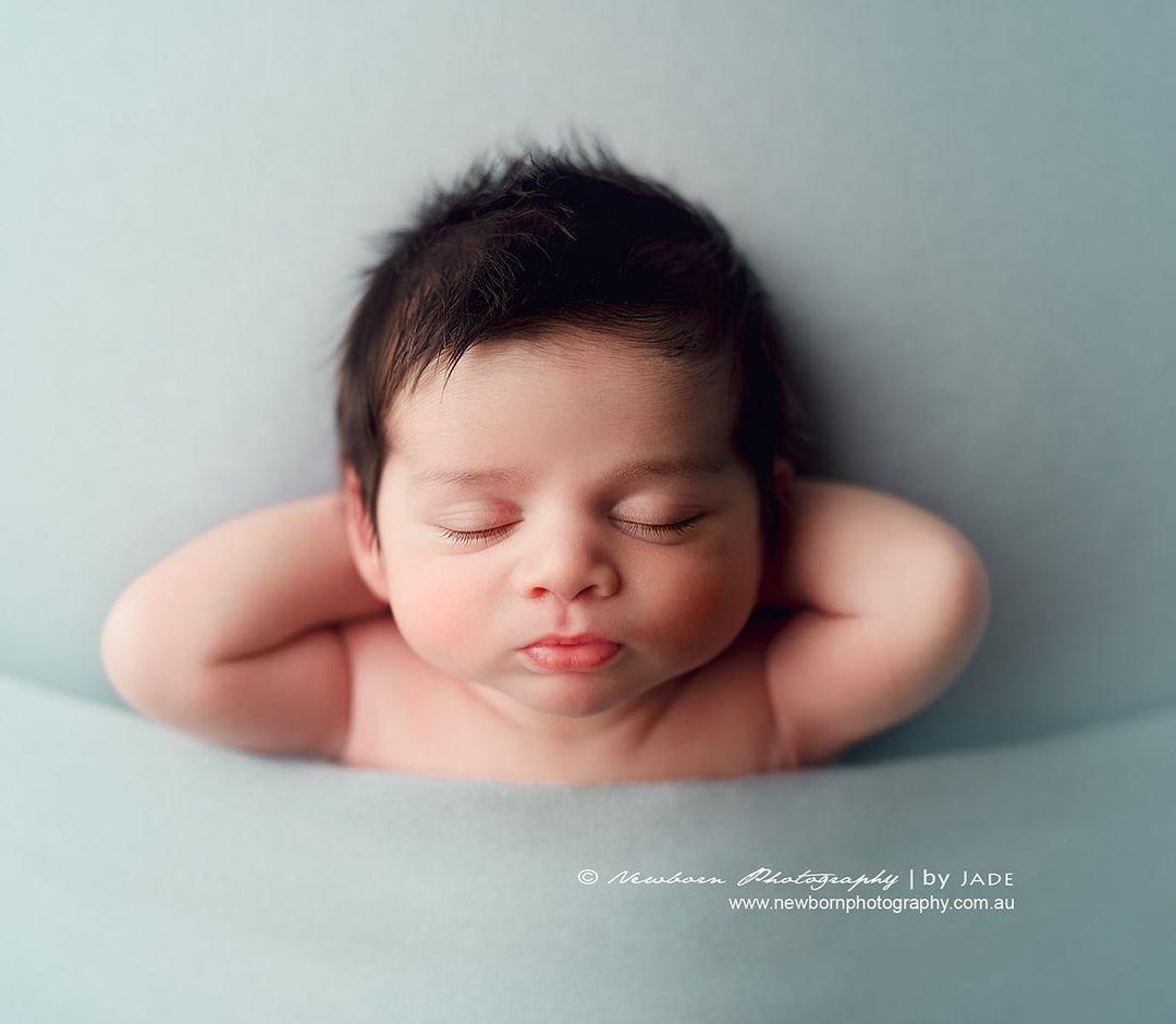 bebé con postura divertida