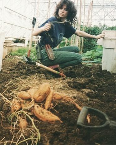 mujer recogiendo la cosecha en biosfera 2