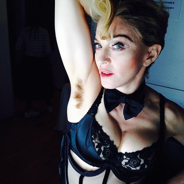 Madonna pelo axila