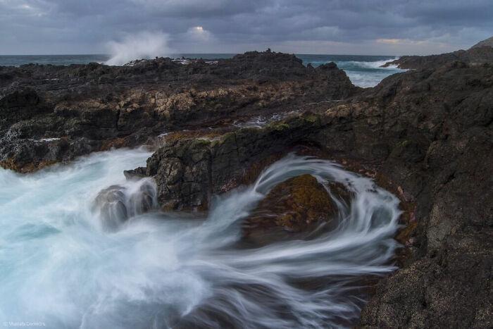 olas rompiendo en el mar