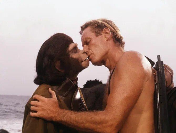 beso del el planeta de los simios