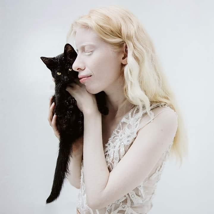 Chica albina con gato negro
