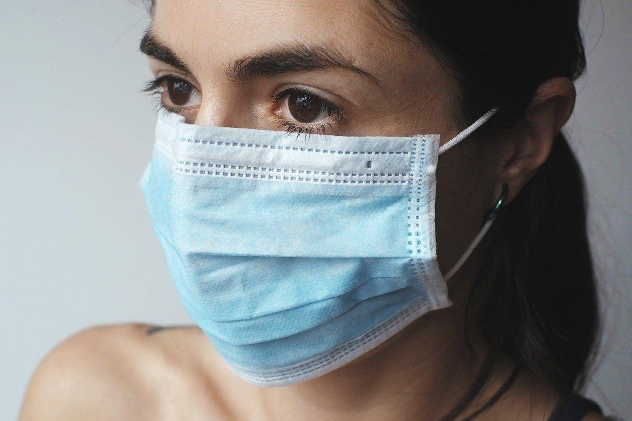 mujer con macarilla quirurgica