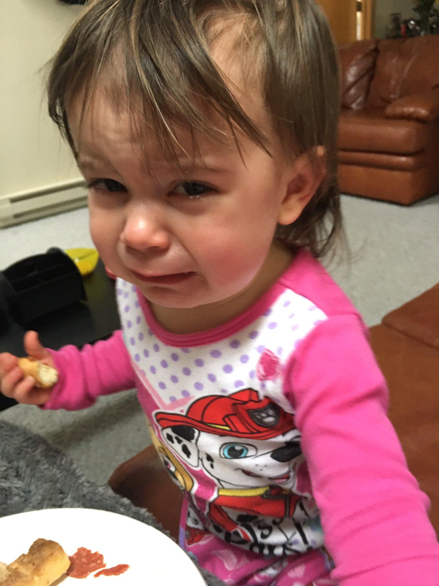 niña llora mientras come