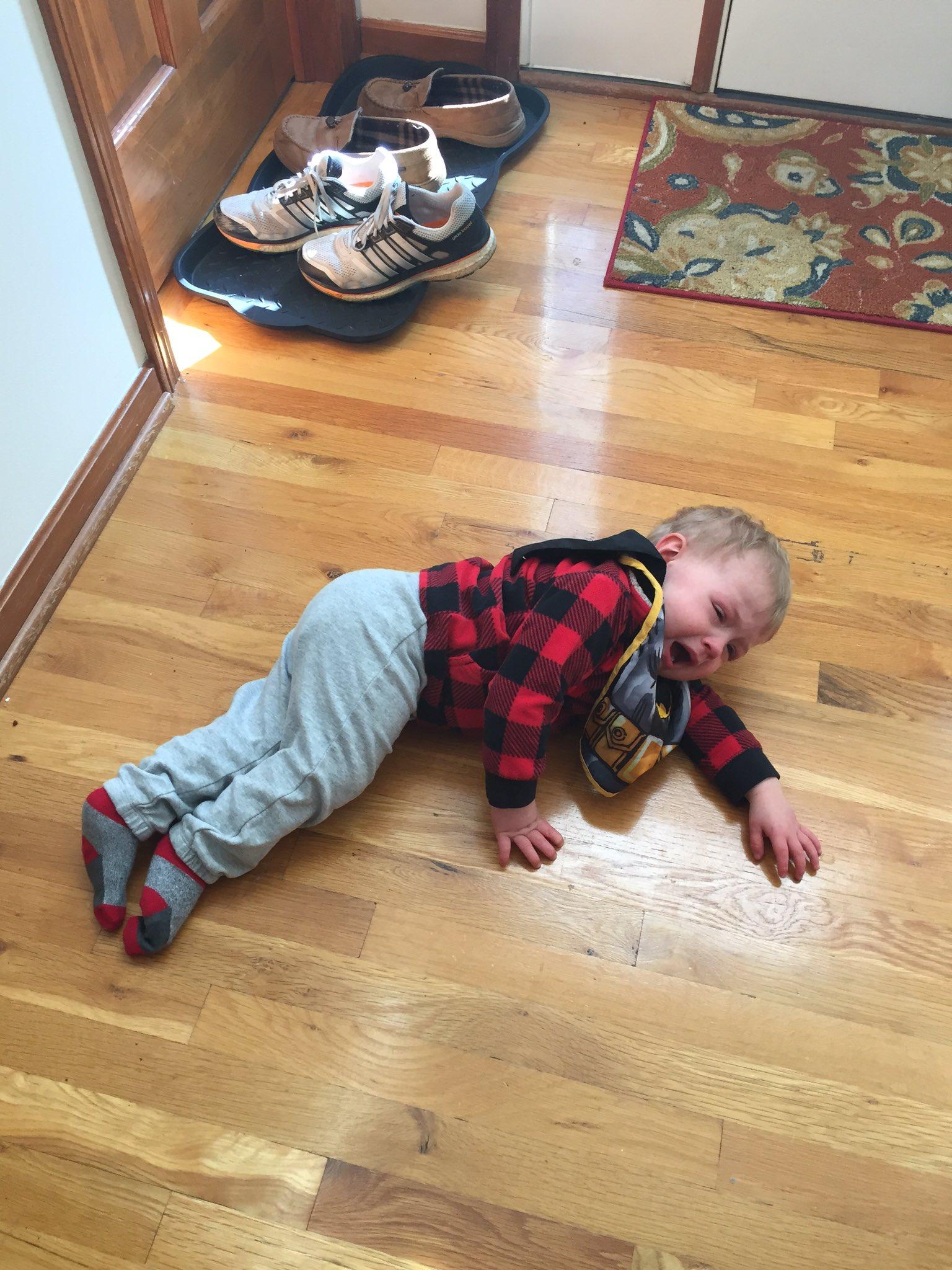 bebé llorando en el suelo