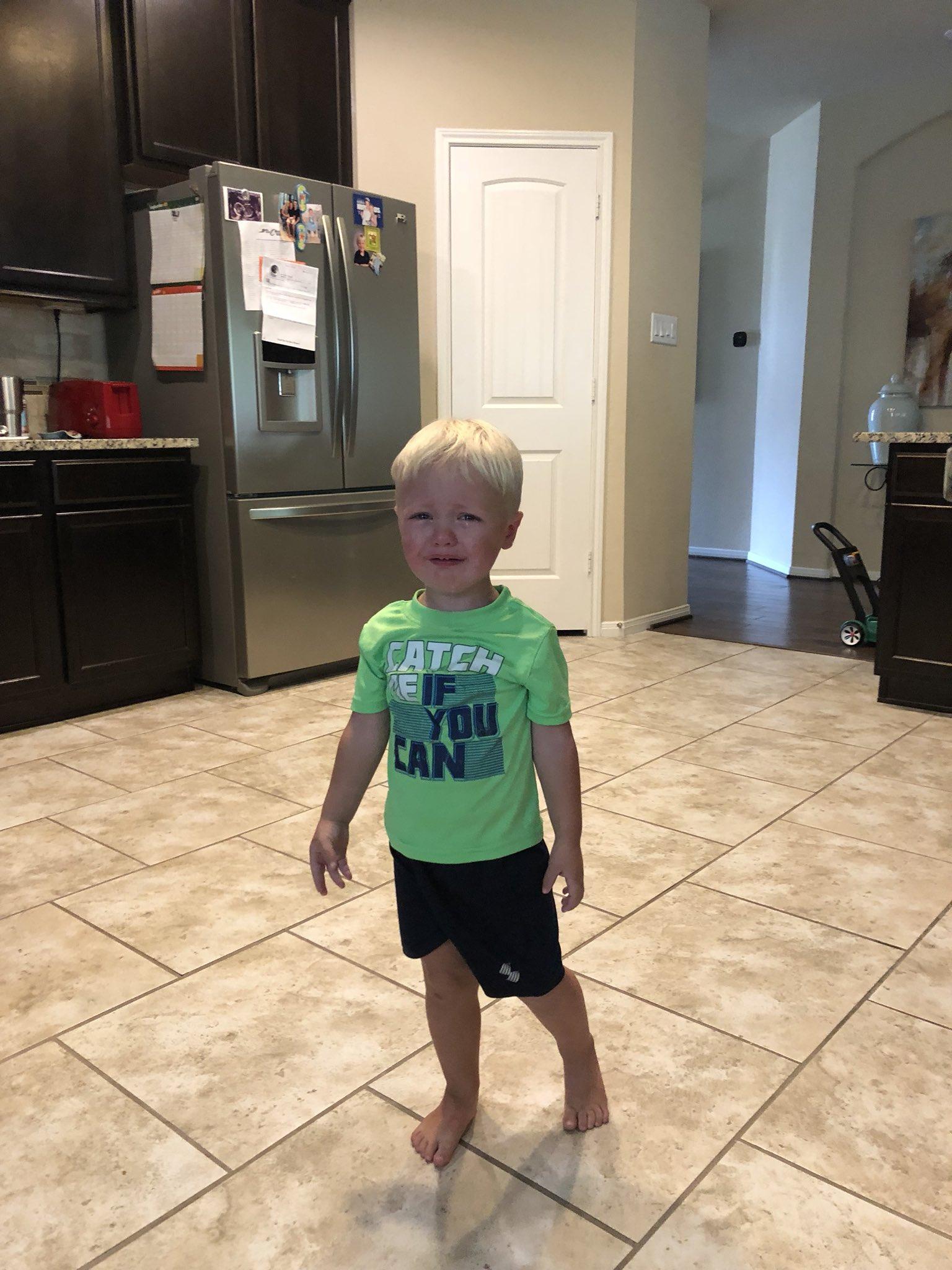 niño llora en la cocina