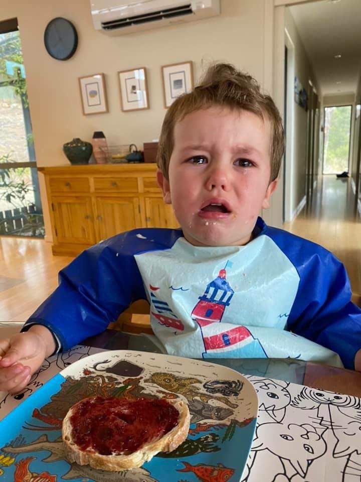 niño llora mientras come