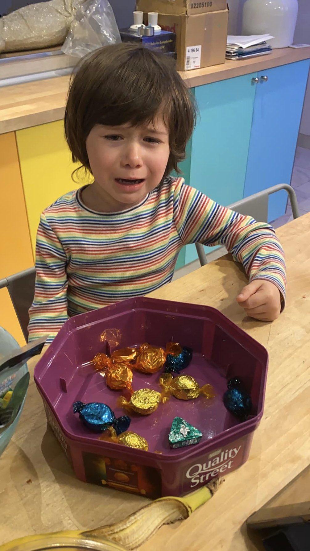 niña llora porque le quedan pocos bombones