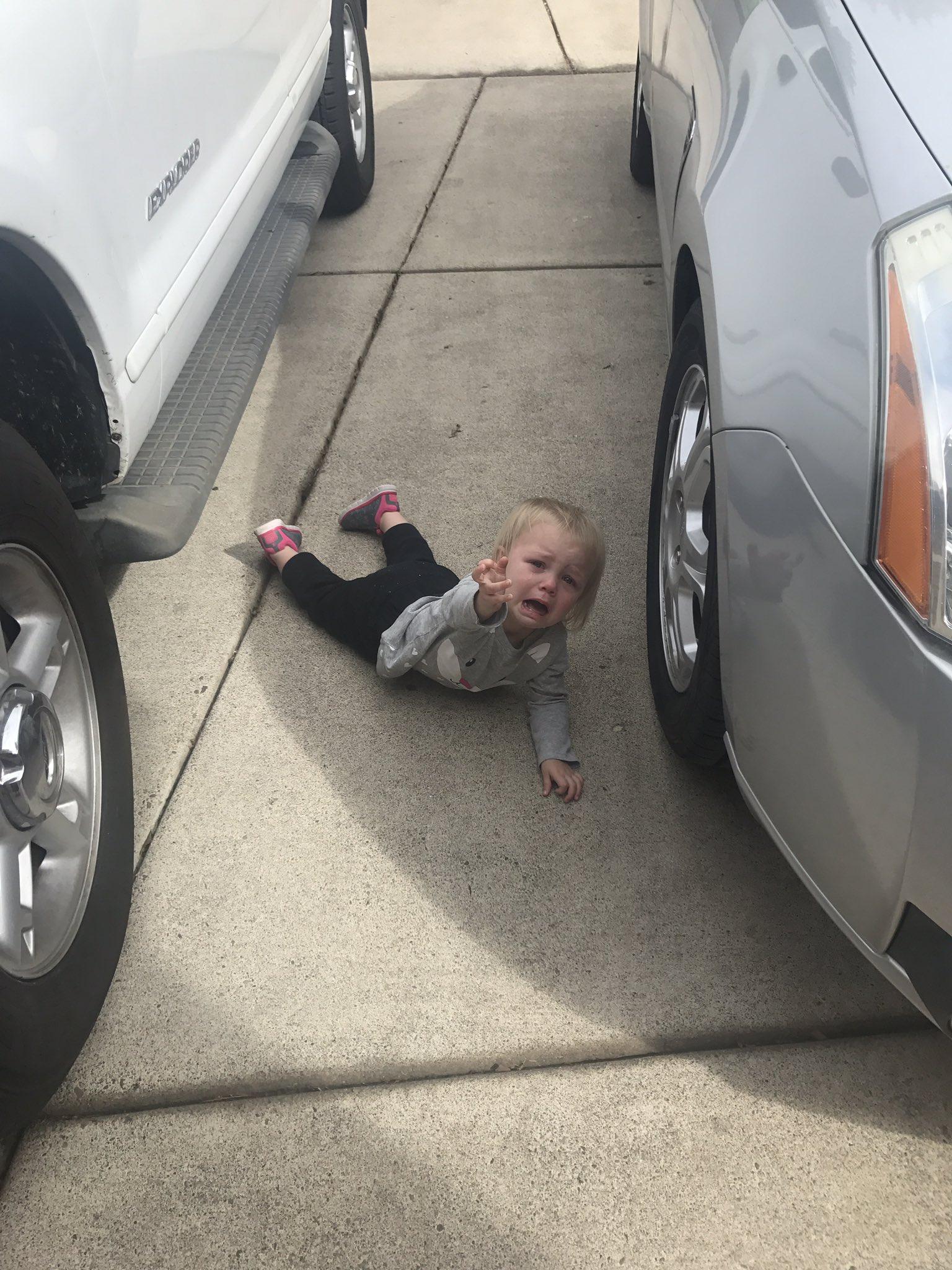 niño llorando en el suelo