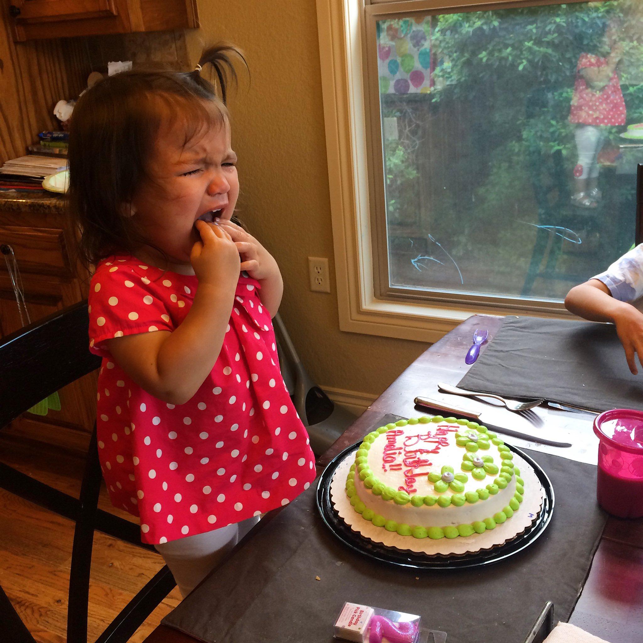 niña llorando en su cumpleaños