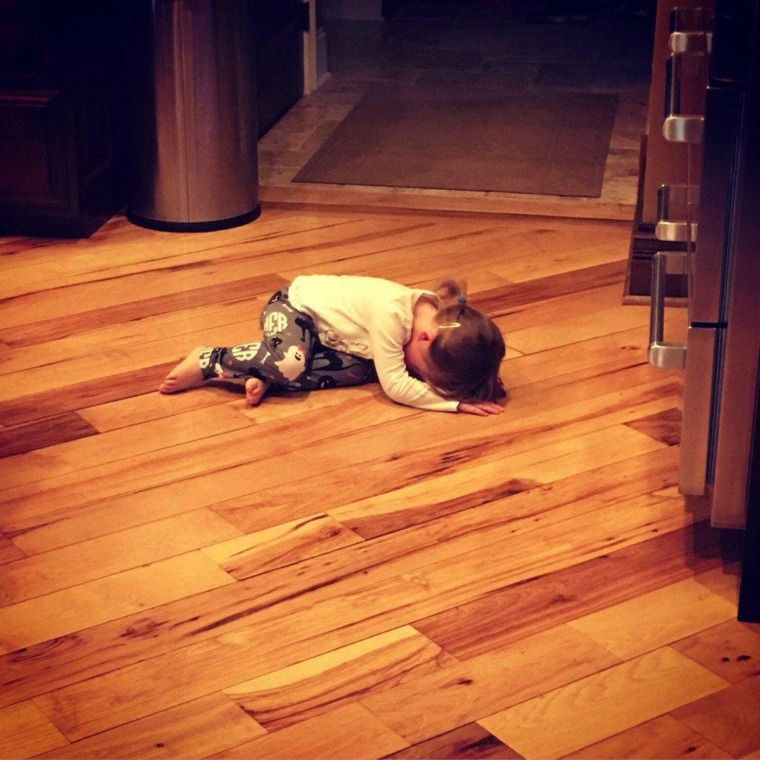 niña tumbada en el suelo llorando
