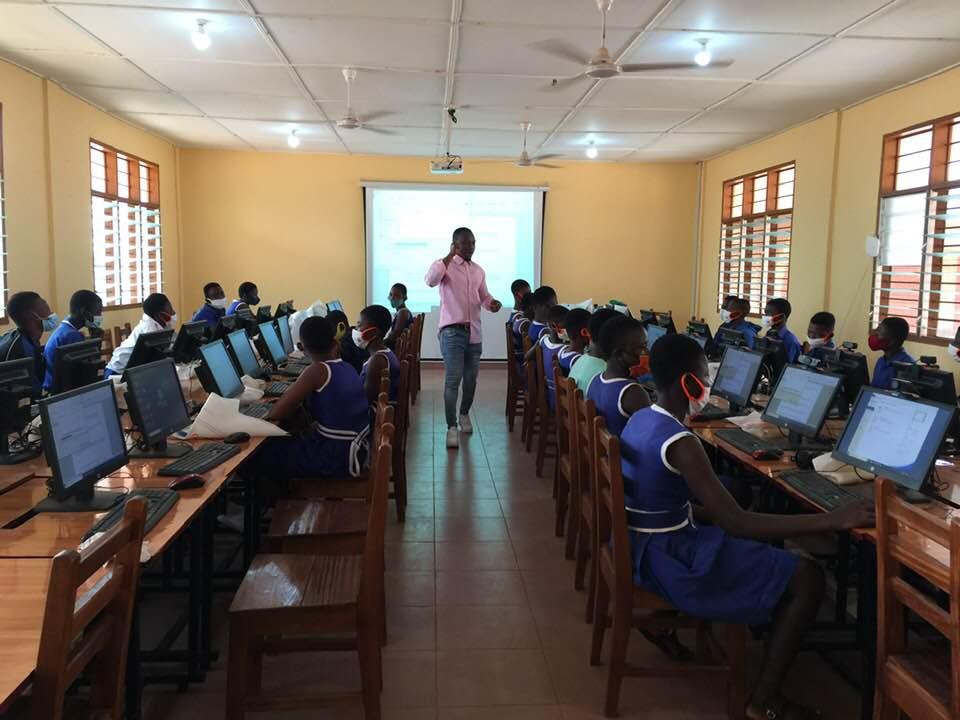 profesor enseñando informática