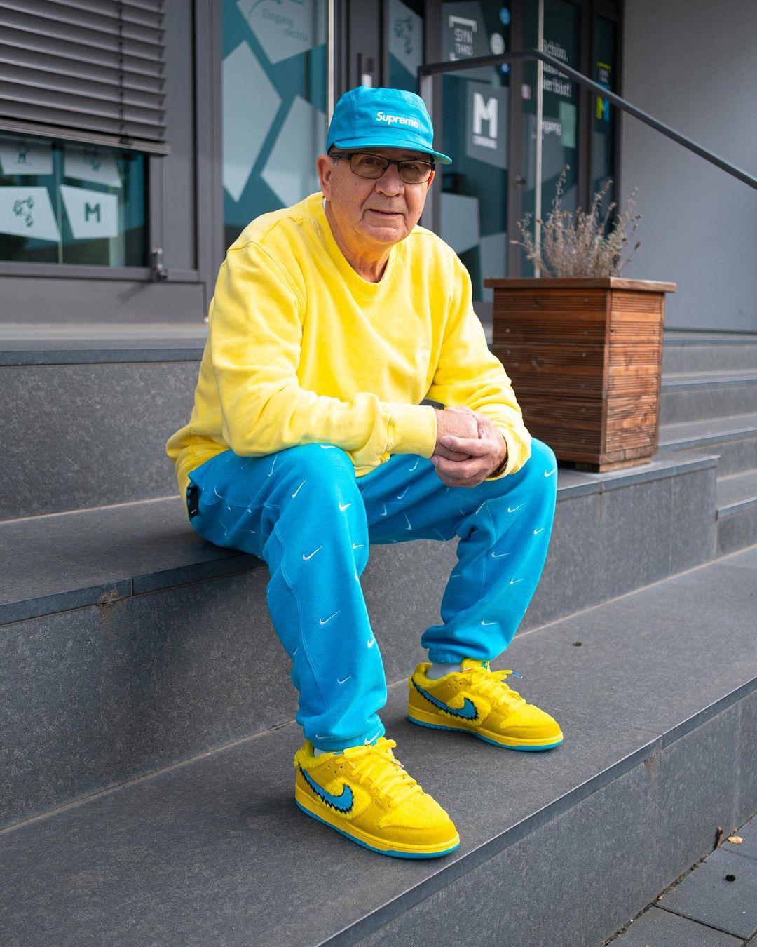 abuelo vestido de amarillo